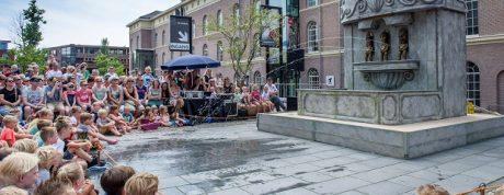 Un moment de l'espectacle de carrer 'Manneken Piss' de Campi Qui Pugui en una actuació a Holanda.