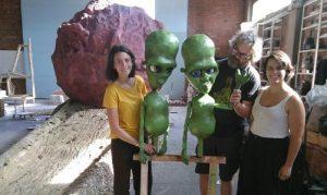 L'Aitana, el Jordi i la Cristina, al seu taller, amb dos dels protagonistes de l'espectacle 'Asteroid'.