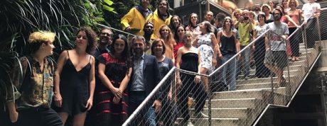 Foto de família de les companyies durant la presentació de FiraTàrrega 2018 a Barcelona.