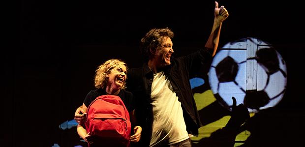 """La Txell Botey i el Xavi Idàñez durant l'espectacle """"La motxilla de l'Ada"""" de Teatre al Detall."""